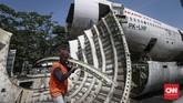 Pesawat ini sebelumnya dipotong-potong dari hanggar bandara Soekarno Hatta. Beberapa potongan itu kemudian disambung kembali menjadi badan pesawat utuh. (CNN Indonesia/Safir Makki)