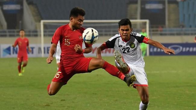 Winger Timnas Indonesia U-23 Saddil Ramdani berduel dengan Muhammad Hanif Hamir (kanan). Gol kedua Indonesia dicetak Muhammad Raffi Syarahil lewat tendangan jarak jauh pada menit ke-79. (ANTARA FOTO/R. Rekotomo)