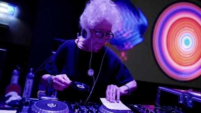 Musik yang dimainkannya banyak juga yang menyukai. Bisa memainkan mulai disko, rock, samba sampai balada, pengunjung kelab di mana DJ Wika 'bekerja' bisa sampai seribu orang. (REUTERS/Kacper Pempel)