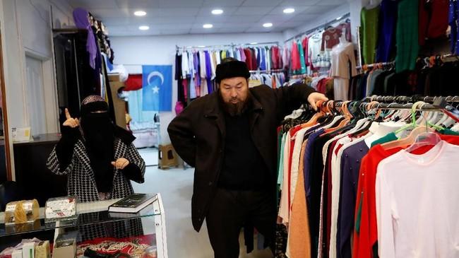 Warga etnis Uighur kabur ke Turki untuk menghindari tindakan represif aparat keamanan China di kampung halaman mereka di Xinjiang. (REUTERS/Murad Sezer)