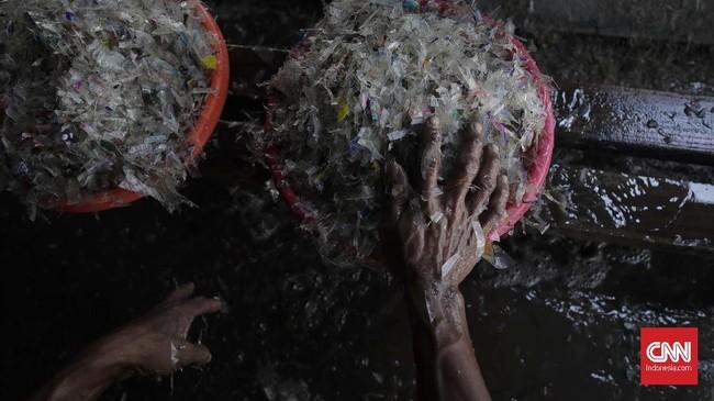 Data Asosisasi Daur Ulang Plastik Indonesia (ADUPI), industri daur ulang plastik saat ini berkembang pesat terutama untuk jenis plastik yang memiliki nilai ekonomis seperti Polyethylene Terephthalate (PET) dan Polypropylene (PP). (CNNIndonesia/Adhi Wicaksono)