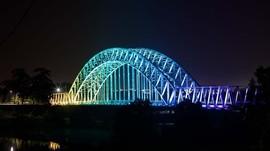 Dua Jembatan di Indonesia Bercahaya Kala Malam