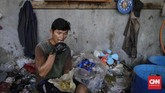 Sohib (41) mengaku telah bekerja selama 20 tahun menjadi pekerja diindustri pengolahan limbah plastik. Dari pekerjaan tersebut dirinya mendapat penghasilan 800 ribu per minggu. (CNNIndonesia/Adhi Wicaksono)