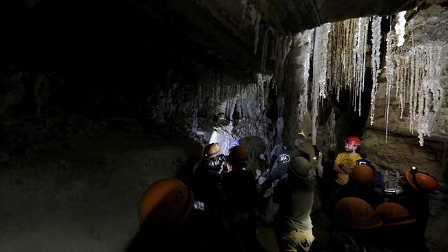 Meskipun sudah menjadi gua garam terpanjang di dunia, diperkirakan Gua Malham masih bisa lebih panjang akibat hujan. (REUTERS/Nir Elias)