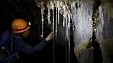 Hal itu disebabkan air hujan yang mengalir di lubang-lubang bebatuan gua, akan membentuk 'jalan' baru. (REUTERS/Nir Elias)