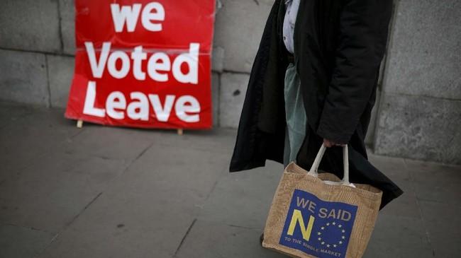 Parlemen Inggris sudah tiga kali menolak usulan Brexit dari May. Namun, mereka juga belum menemukan solusi. (REUTERS/Alkis Konstantinidis)