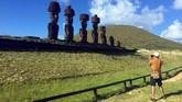 Sejauh ini, menurut penelitian ilmuwan Chile, sebanyak 70 persen dari lebih dari seribu patung sudah terinfeksi 'panu.' Bisa-bisa itu mengurangi jumlah turis yang datang. (REUTERS/Marion Giraldo)