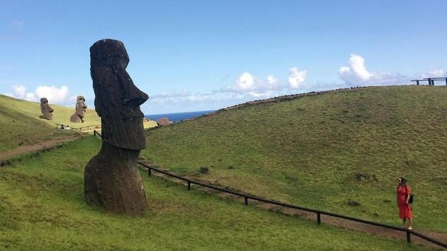 Padahal patung-patung itu adalah warisan dari orang-orang asli Polinesia di sana. Patung kotak dengan kepala raksasa itu bahkan sudah diakui UNESCO sebagai warisan dunia. (REUTERS/Marion Giraldo)