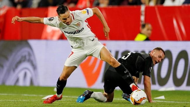 Sevilla dikabarkan Marca takut kehilangan gelandang Pablo Sarabia (kiri) akhir musim ini. Gelandang yang sudah mencetak 19 gol dan 12 assist musim ini masuk radar Chelsea. (REUTERS/Marcelo del Pozo)
