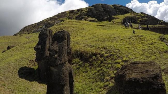 Patung itu juga disebut sebagai Moai, yang berjajar mendominasi bagian pulau Rano Raraku. Jika 'panu' menjangkiti mereka, patung-patung itu bisa jadi hanya kotak semata. (REUTERS/Jorge Vega)