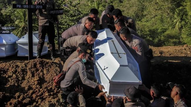 Sebanyak 20 jenazah yang belum teridentifikasi dikuburkan secara massal di TPU Kampung Harapan, Sentani. ANTARA FOTO/Gusti Tanati/wpa/ama.