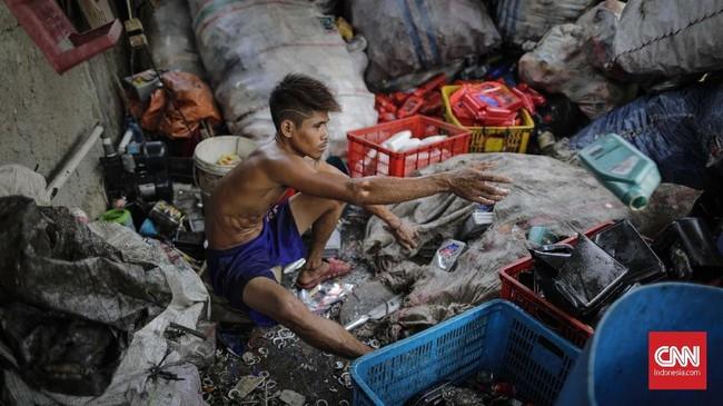 Sampah dan botol plastik diduga menjadi polutan terbesar yang mencemari laut dan pantai. Setiap tahun, diperkirakan lautan di dunia harus menanggung beban sampah plastik sampai 12,7 juta ton. (CNNIndonesia/Adhi Wicaksono)