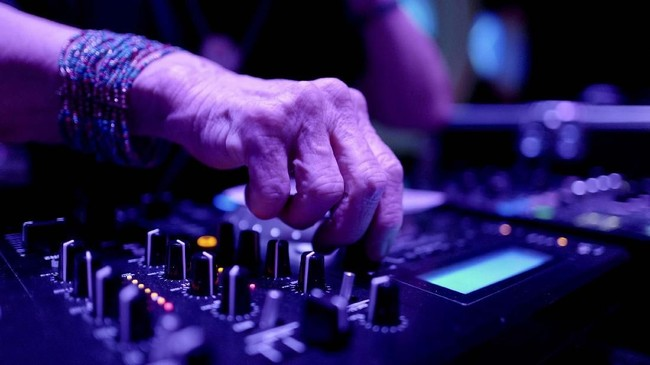 Sebelum menjadi DJ, Wika adalah seorang guru. Ia merasa menua tidak berarti harus menyesuaikan dengan stereotipe soal orang tua yang lemah dan tak berenergi. (REUTERS/Kacper Pempel)