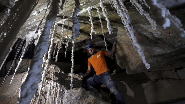 Ia beserta puluhan peneliti bekerja 10 jam sehari di bawah tanah, selama dua tahun untuk proyek ambisius ini. (REUTERS/Nir Elias)