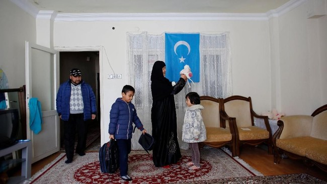 Sebagian etnis Uighur yang pulang dari Turki juga dilaporkan hilang atau ditangkap aparat China. (REUTERS/Murad Sezer)