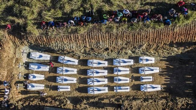 Pemakaman secara massal dilakukan setelah ada kesepakatan dengan pemerintah daerah dengan tokoh agama serta tokoh masyarakat.(AP Photo/Barce Rumkabu)
