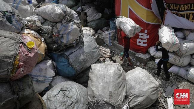 Hasil daur ulang botol plastik utamanya adalah plastik cacahan, yang selanjutnya menjadi bahan baku untuk produk peralatan rumah tangga dan lainnya. CNNIndonesia/Adhi Wicaksono.