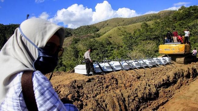 Korban meninggal banjir bandang di Sentani, Kabupaten Jayapura, Papua dimakamkan secara massal. (ANTARA FOTO/Gusti Tanati/wpa/hp)
