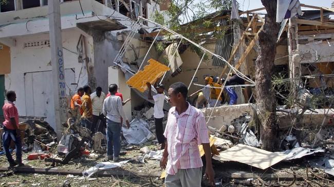 Ledakan terjadi saat jam makan siang. Warga pun terkejut dan berlarian tak tentu arah. (Reuters/Feisal Omar)