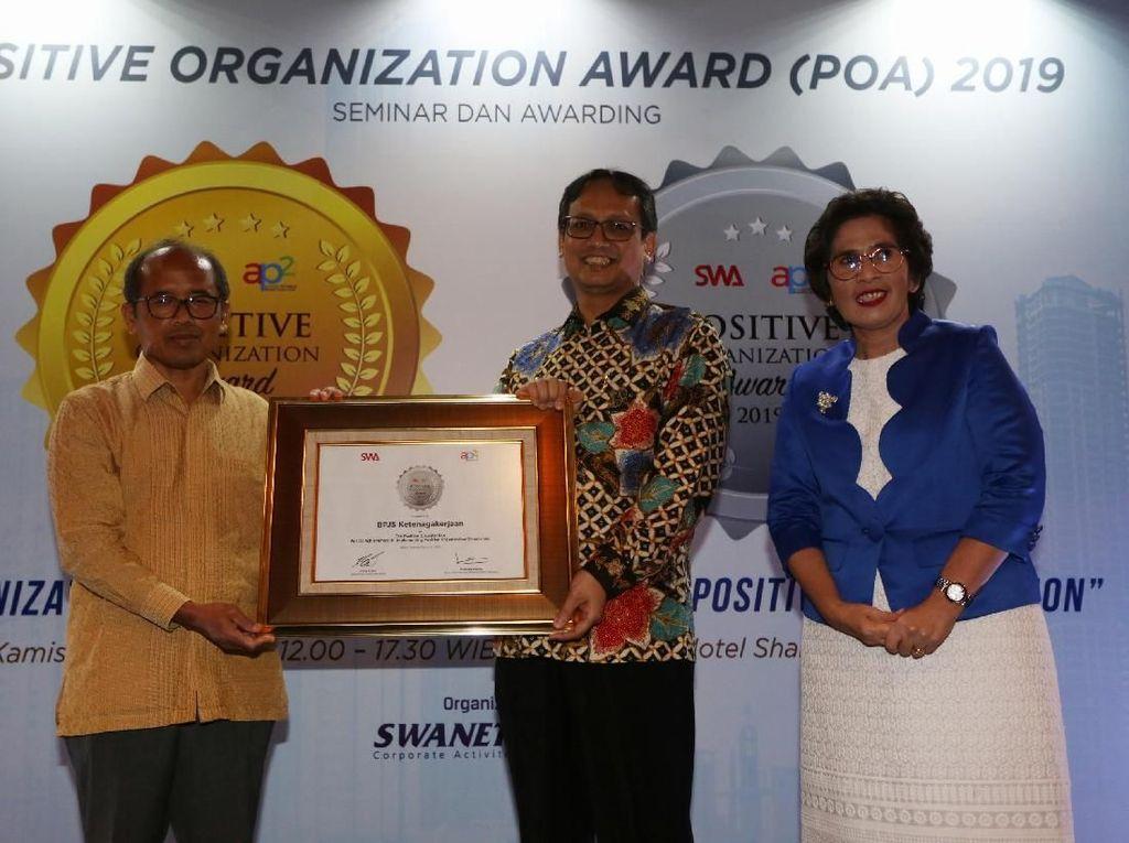 Direktur Umum dan SDM BPJS Ketenagakerjaan, Naufal Mahfudz menerima penghargaan dalam ajang Positive Organizational Award 2019 yang dilaksanakan di Hotel Shangri-La, Jakarta Selatan, Kamis (28/03/2019) malam. Istimewa.