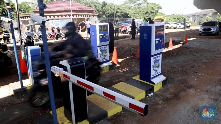 Pengunjung melintas di kawasan park and ride MRT Jakarta di Lebak Bulus, Jakarta, Jumat (29/3). (CNBC Indonesia/Muhammad Sabki)