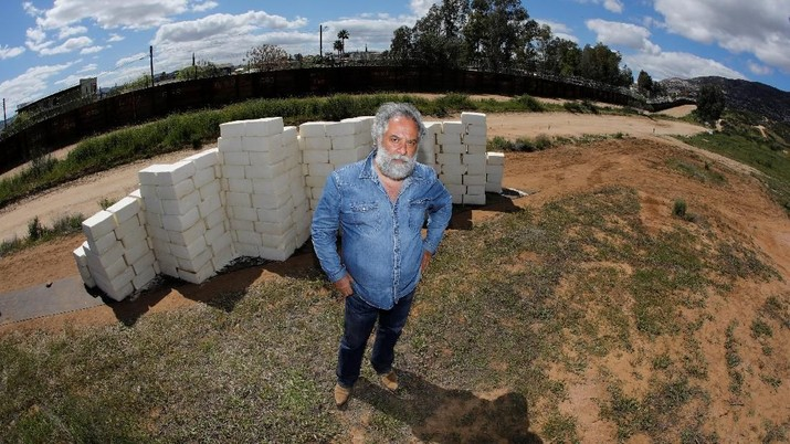 Seorang seniman konseptual menggunakan keju Cotija untuk membuat dinding yang diusulkan Donald Trump untuk perbatasan AS-Meksiko.