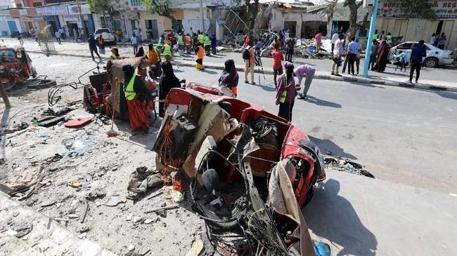Menurut seorang warga, bom tersebut bahkan membuat kendaraan terhempas ke udara. (Reuters/Feisal Omar)
