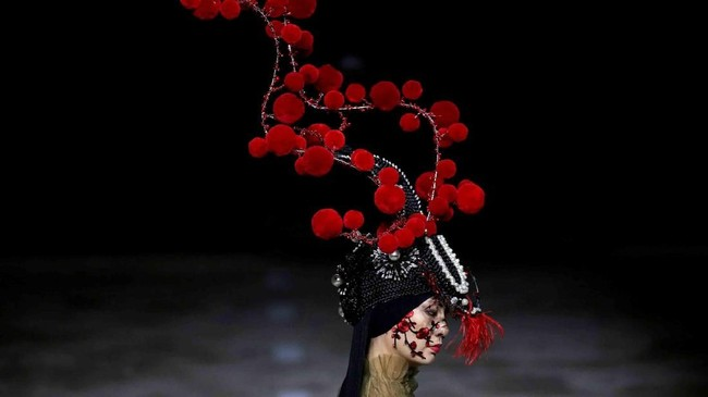 Seorang model menampilkan karya perancang Hu Sheguang di China Fashion Week di Beijing, China. (Reuters/Jason Lee)