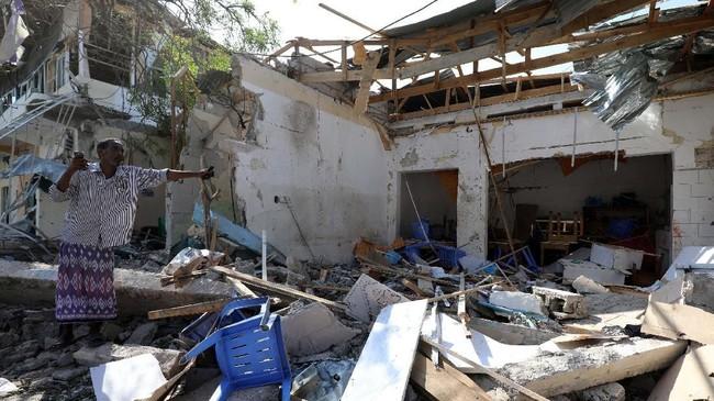 Bangunan di sekitar lokasi ledakan pun dilaporkan rusak. (Reuters/Feisal Omar)