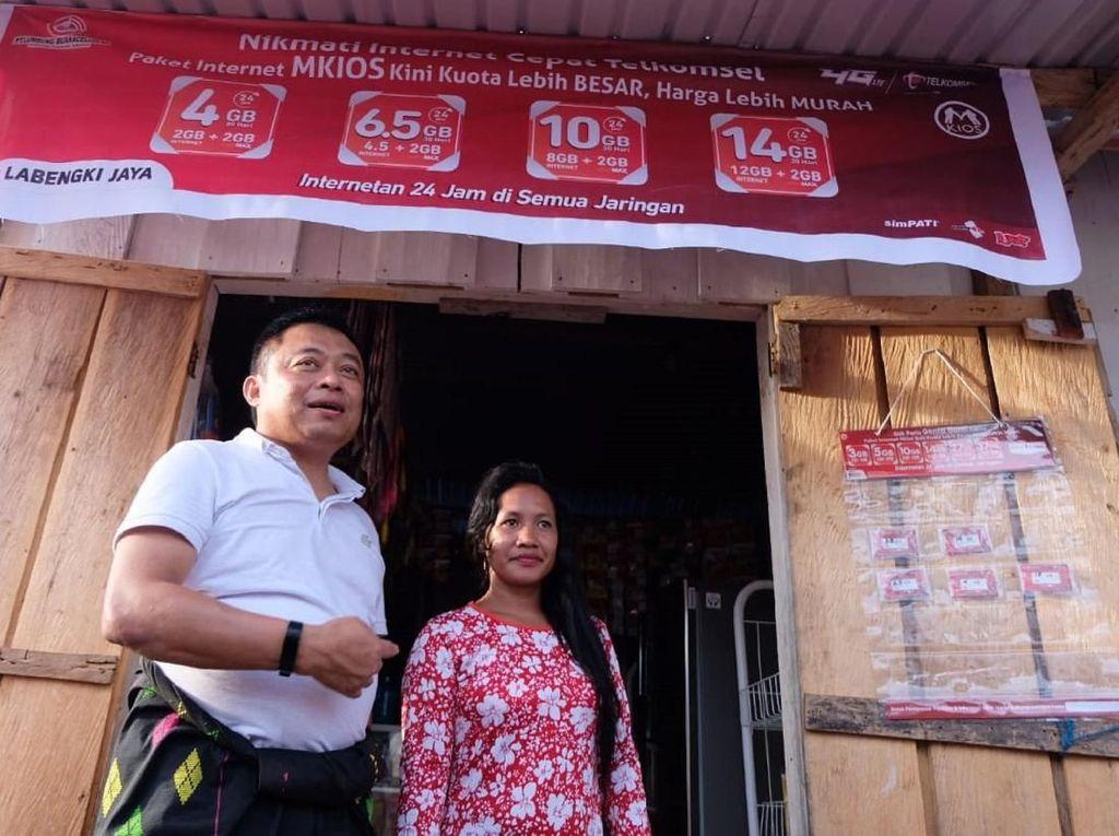 Direktur Utama Telkomsel Ririek Adriansyah (kiri) bersama salah satu warga di Desa Labengki yang sudah membuka usaha penjualan produk Telkomsel mulai dari isi ulang pulsa ataupun paket internet. Saat ini Telkomsel merupakan satu-satunya operator seluler yang hadir memberikan akses komunikasi di Pulau Labengki, termasuk layanan broadband 4G LTE.