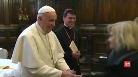 VIDEO: Paus Fransiskus Enggan Tangannya Dicium