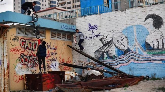 Sekelompok anak muda menyebut diri mereka The Gaza Skate Gang sedang berkumpul bersama di sebuah taman skateboard di Kota Gaza. Mereka berbagi apa yang dimiliki, papan luncur,sepatu roda dan sepeda. (REUTERS/Dylan Martinez)