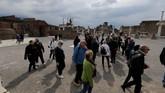 Pengunjung mendatangi situs arkeologi Pompeii kuno, menggambarkan kehidupan zaman dulu. (REUTERS/Ciro De Luca)