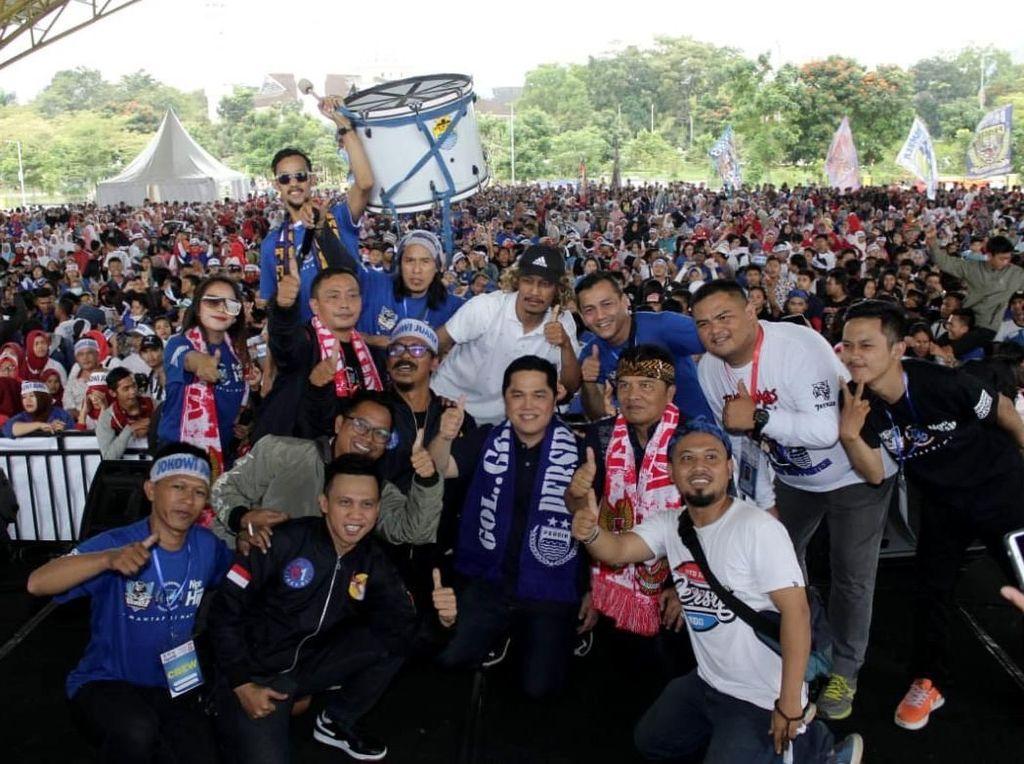 Mereka pun berfoto bersama Ketua Tim Kampanye Nasional (TKN), Erick Thohir usai mendeklarasikan dukungan untuk Jokowi-Maruf Amin. Foto: dok. Bobotoh