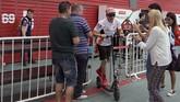 Pebalap Repsol Honda Marc Marquez meninggalkan garasi Honda menggunakan skuter usai latihan bebas pertama MotoGP Argentina 2019. (JUAN MABROMATA / AFP)