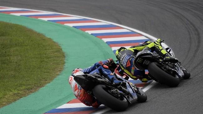 Valentino Rossi ditempel ketat Jack Miller yang merupakan peraih pole MotoGP Argentina musim lalu. (JUAN MABROMATA / AFP)