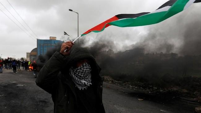 Pengeras suara di kamp-kamp protes perbatasan memainkan lagu-lagu nasionalis Palestina dan Hamas. (REUTERS/Mohamad Torokman)