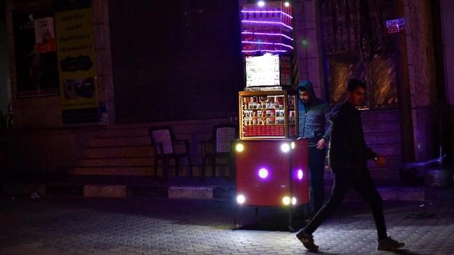 Seorang pria menjual rokok dengan harga $25 sen per batang. Menurutnya, lebih sedikit penduduk Gaza yang mampu membelinya sekarang.(REUTERS/Dylan Martinez)