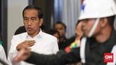 Calon presiden nomor urut 01 Joko Widodo didampingi istrinya, Iriana Joko Widodo tiba di arena debat keempat pemilihan presiden (Pilpres) 2019 yang berlangsung di Hotel Shangri-La, Jakarta, 30 Maret 2019. CNN Indonesia/Hesti Rika