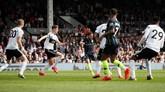 Penyerang sayap Man City Bernardo Silva melepaskan tembakan dari luar kotak penalti pada menit kelima untuk memperdaya kiper Fulham Sergio Rico. (REUTERS/David Klein)