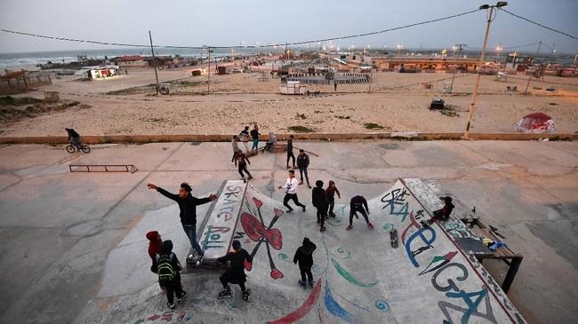 Vokalis Rahaf Shamali (15), Hamada Nasralla (23), Ismaiel Al H'Razin (42), Islam Mohsen (24) dan Saied Fadel berpose di atas atap apartemen di Kota Gaza. Mereka tergabung dalam band bernama 'Solband'. (REUTERS/Dylan Martinez)