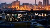 Lampu-lampumewarnai jalanan Gaza ketika petang mulai menjelang, sementara para nelayan mengangkut hasil tangkapan ke pelabuhan. (REUTERS/Dylan Martinez)