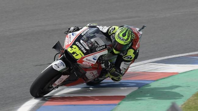 Pebalap LCR Honda Cal Crutchlow yang meraih podium kedua di MotoGP Argentina musim lalu berhasil menutup hari pertama dengan berada di posisi keempat. (JUAN MABROMATA / AFP)