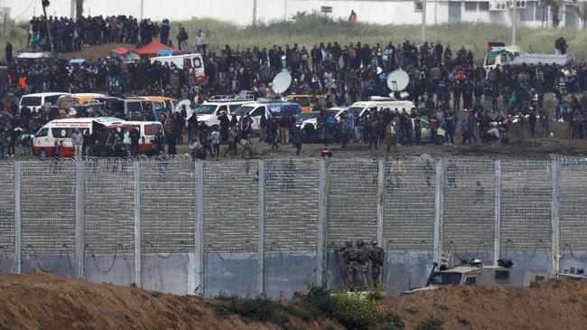 Meski diklaim aksi damai, ternyata unjuk rasa itu berubah ricuh setelah Israel menembaki massa. (REUTERS/Amir Cohen)