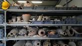 Barang-barang dari zaman Pompeii yang ditemukan di setiap penggalian, dikumpulkan dengan hati-hati untuk direstorasi ulang. (REUTERS/Ciro De Luca)