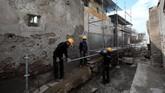 Para arkeolog bekerja dengan amat berhati-hati menggali situs kuno Pompeii. (REUTERS/Ciro De Luca)