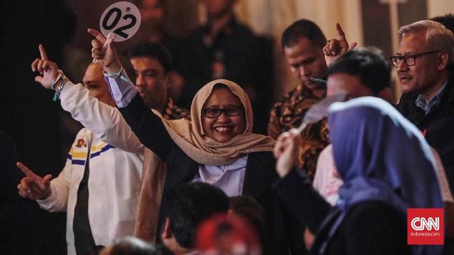 Para pendukung calon presiden nomor 01 dan calon presiden nomor 02 saat debat keempat pemilihan presiden (Pilpres) 2019 yang berlangsung di Hotel Shangri-La, Jakarta, 30 Maret 2019. Debat keempat capres kali ini membahas tema ideologi, pemerintahan, pertahanan dan keamanan, serta hubungan internasional. CNN Indonesia/Adhi Wicaksono