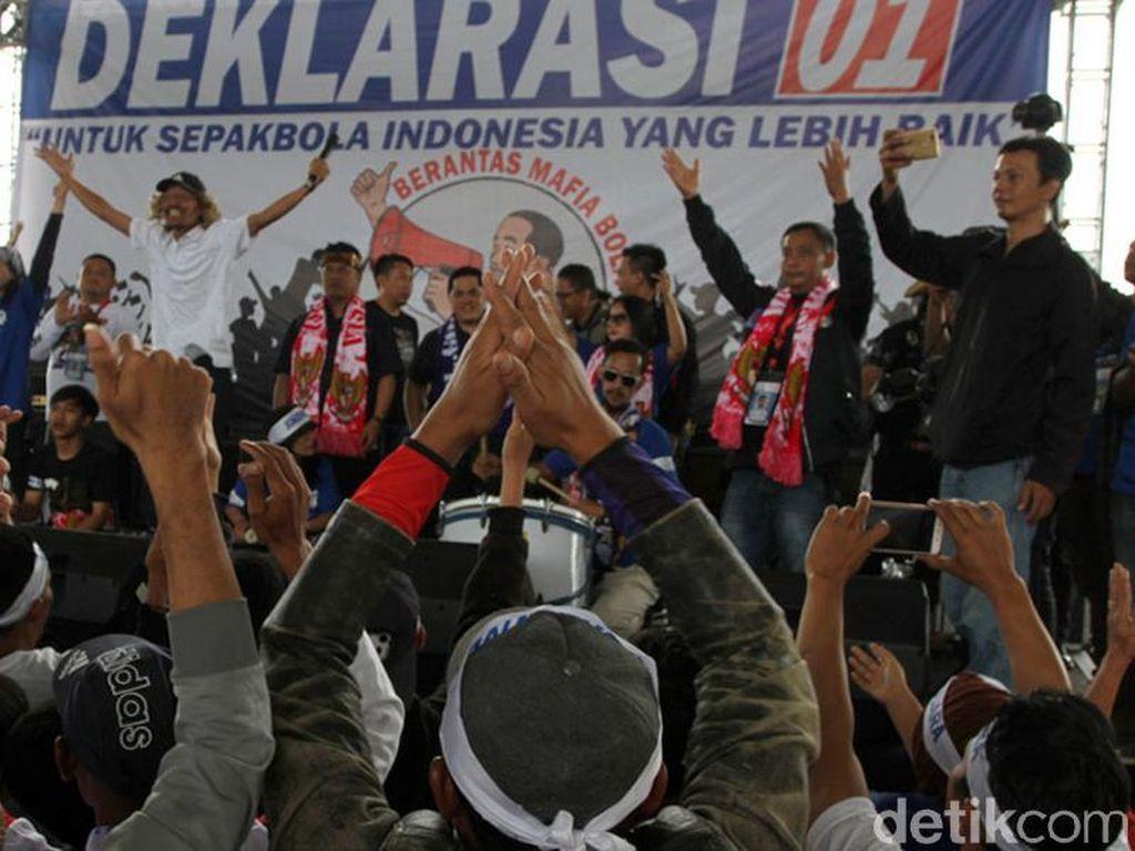 Sebelum deklarasi, Ketua Bomber Asep Abdul, Ketua The Boms Nevi dan Ketua Viking Heru Joko memberi sambutan dan menyatakan dukungannya terhadap Jokowi-Maruf. Dilanjutkan deklarasi, yang dipimpin oleh Erick Tohir. Wisma Putra/Dok. Detikcom.