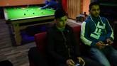 Warga lokal bermain gim komputer dan biliar di The Colompy Pool Hall di Gaza. (REUTERS/Dylan Martinez)