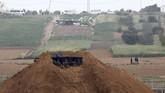 Israel mengerahkan pasukan infantri dibantu kendaraan lapis baja untuk mengantisipasi demo warga Palestina. Sejumlah kendaraan lapis baja disebar di wilayah perbatasan. (REUTERS/ Amir Cohen)